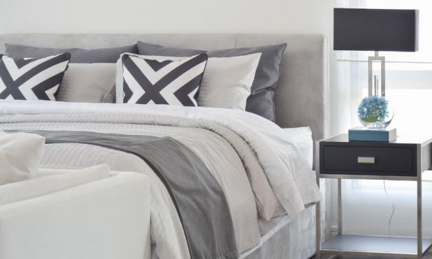 Moderne nočne omarice, ki popestrijo vašo spalnico